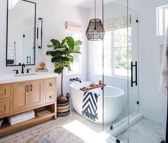 Baño luminoso con bañera y ducha