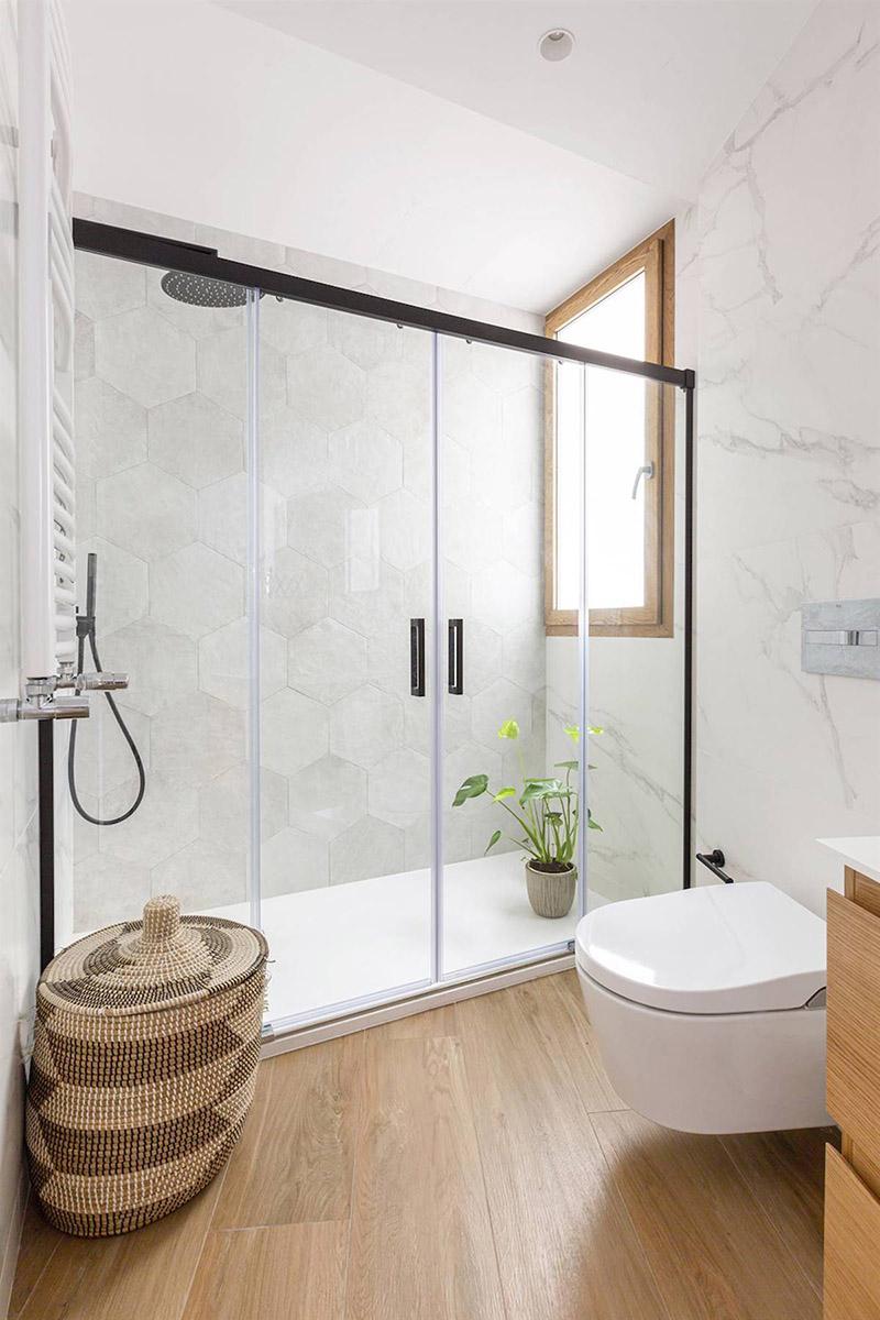 Baño con ducha y suelo de madera