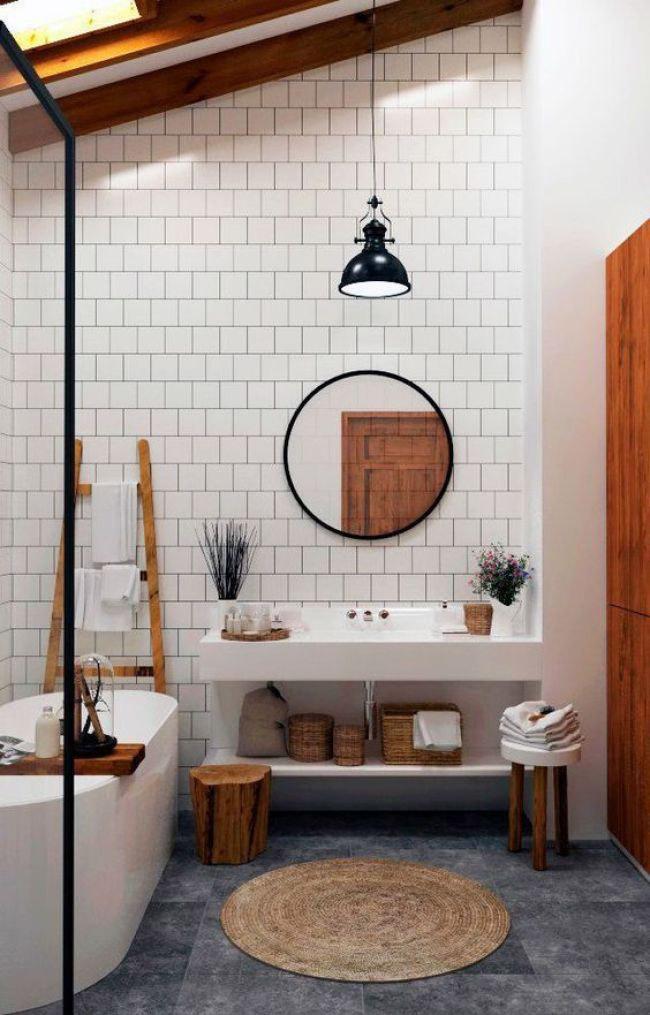 Baño con suelo oscuro y vigas de madera