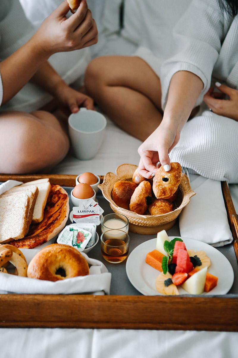 Desayuno romántico en la cama